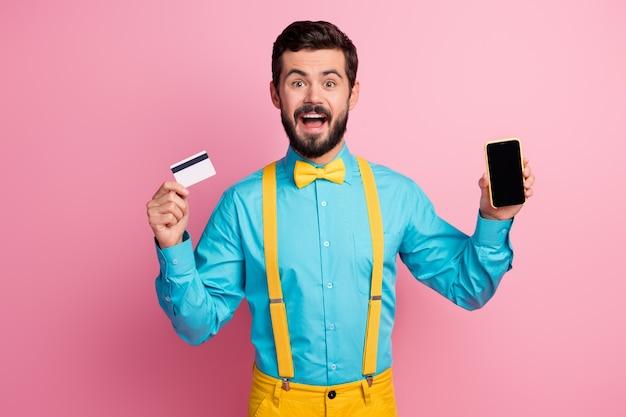 Porträt des bärtigen kerls, der zell-touchscreen-bankkarte zeigt