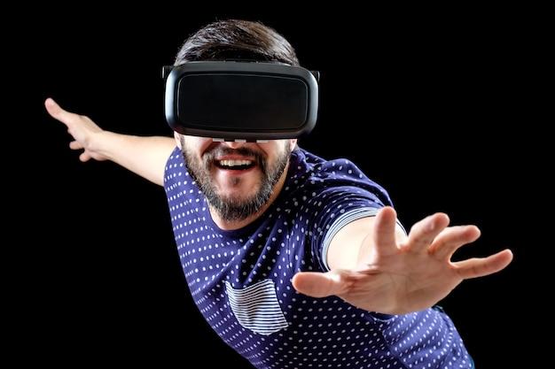 Porträt des bärtigen mannes mit gläsern der virtuellen realität
