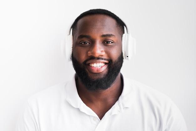 Porträt des bärtigen mannes mit kopfhörern