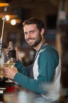 Porträt des barkeepers, der getränke macht