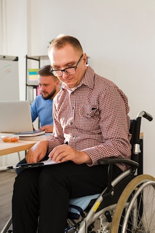 Porträt des behinderten arbeiters im büro