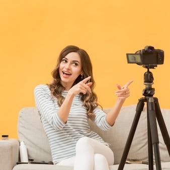 Porträt des blogger, der video aufzeichnet
