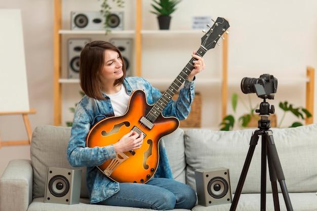 Porträt des bloggers, der musikvideo aufzeichnet