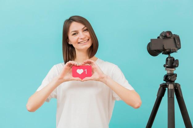 Porträt des bloggers, der video zu hause aufzeichnet