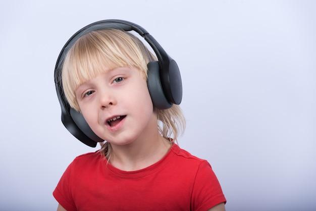 Porträt des blonden jungen mit kopfhörern