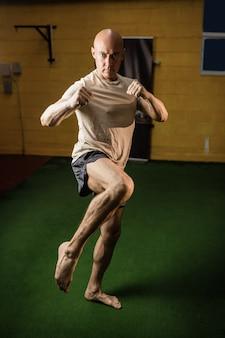 Porträt des boxers, der das boxen übt