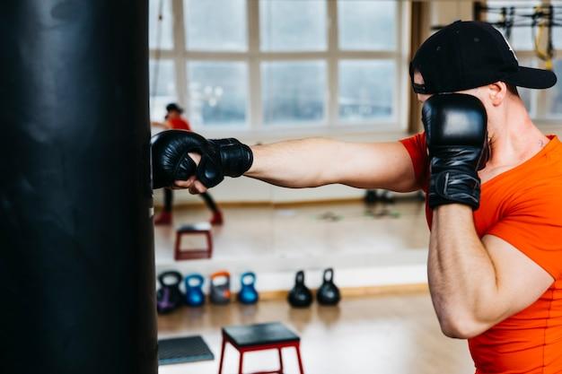 Porträt des boxers in der turnhalle