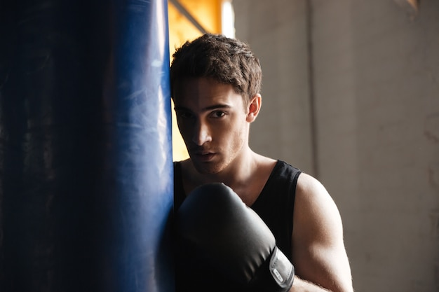 Porträt des boxers nahe boxsack im schatten