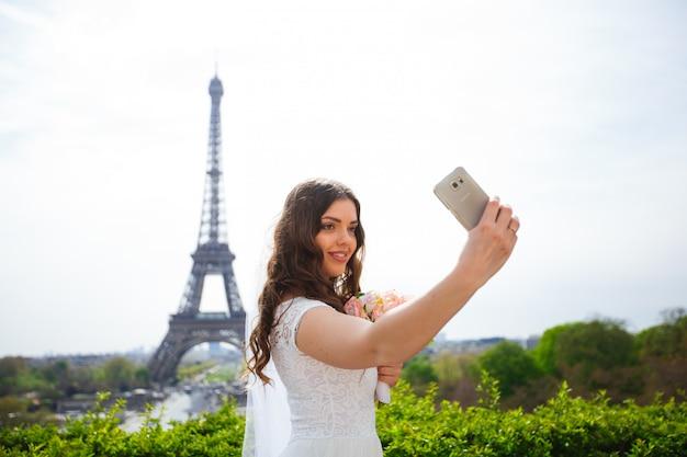 Porträt des bräutigams, der blumenstrauß in paris hält