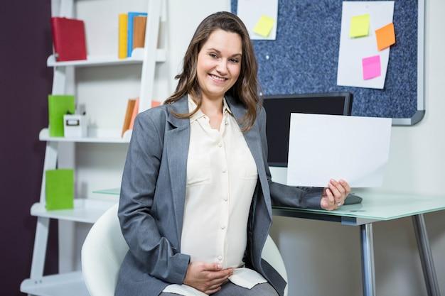 Porträt des büros der schwangeren geschäftsfrau zu hause