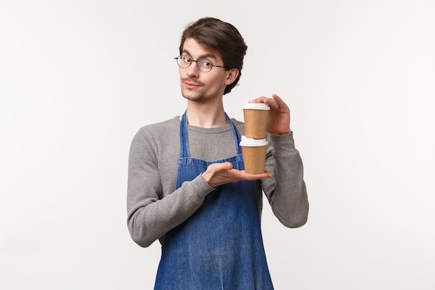 Porträt des charismatischen gutaussehenden kaukasischen männlichen kaffeehausbesitzers, barista, der zwei getränke zum mitnehmen gibt und lächelt, tee für kunden zubereitet, person seine bestellung gibt,