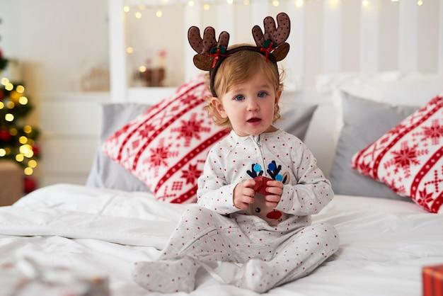 Porträt des charmanten babys mit weihnachtsgeschenk