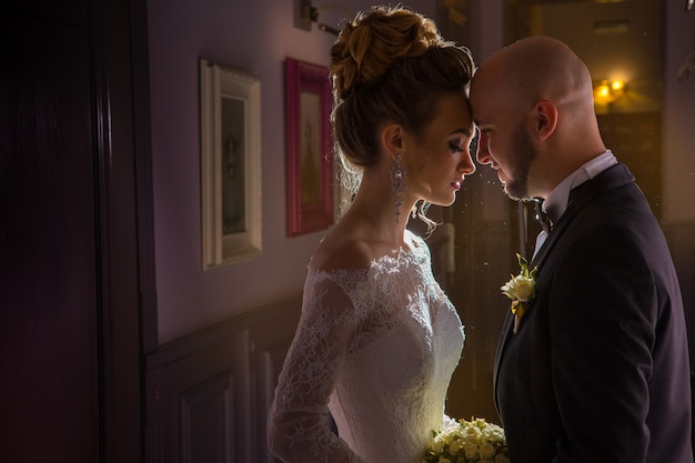 Porträt des charmanten jungen jsut verheirateten paares