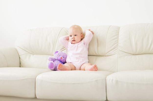 Porträt des charmanten kleinen mädchens auf der couch