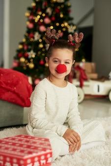 Porträt des charmanten mädchens im weihnachtskostüm