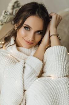 Porträt des charmanten mädchens in einem gestrickten pullover