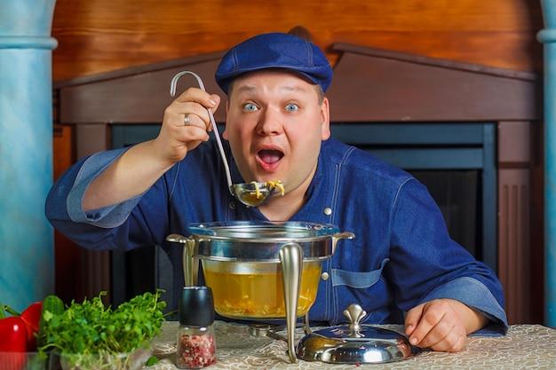 Porträt des chefs mit suppenschöpflöffel in der hand.