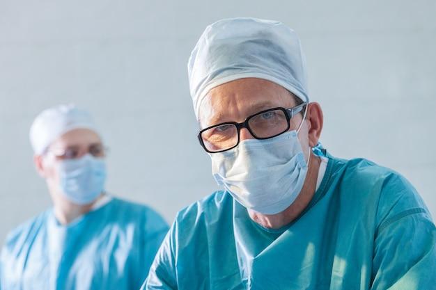 Porträt des chirurgen. zwei ärzte in schutzmasken