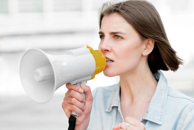 Porträt des demonstranten, der auf megaphon spricht