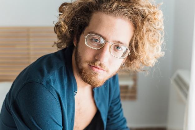 Porträt des denkenden mannes mit brille