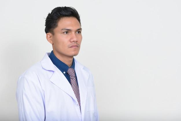 Porträt des denkens des hübschen asiatischen mannarztes