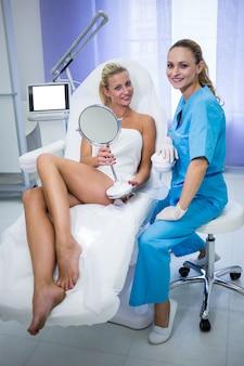 Porträt des dermatologen und des patienten lächelnd an der kamera