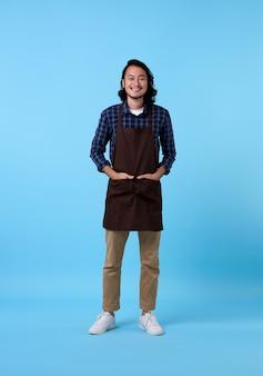 Porträt des dienstleistungsorientierten gutaussehenden asiatischen mannangestellten auf blauem raum