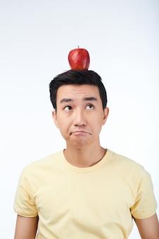 Porträt des durchdachten asiatischen mannes