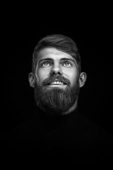 Porträt des einzelnen bärtigen hübschen jungen kaukasischen mannes mit großem lächeln