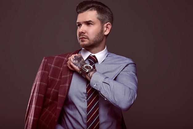 Porträt des eleganten groben mannes in einem wollanzug