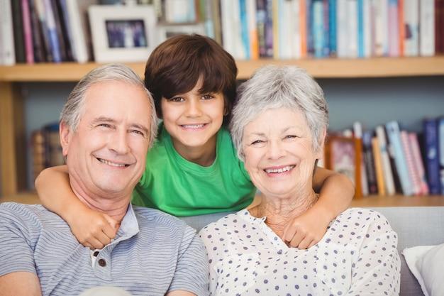 Porträt des enkels mit großeltern