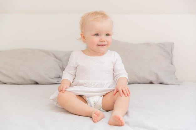 Porträt des entzückenden babymädchens, das weg schaut
