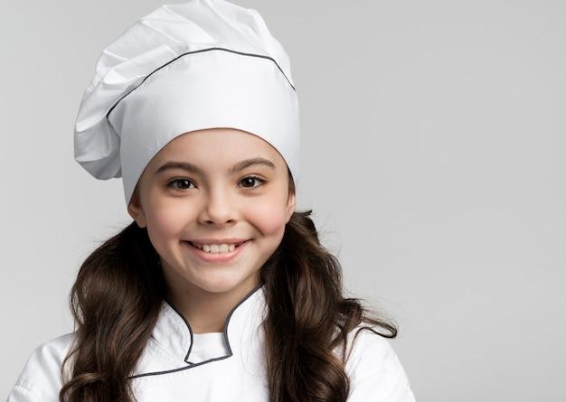 Porträt des entzückenden jungen kochs lächelnd