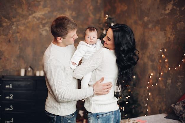 Porträt des entzückenden kleinen babys in den armen der mutter