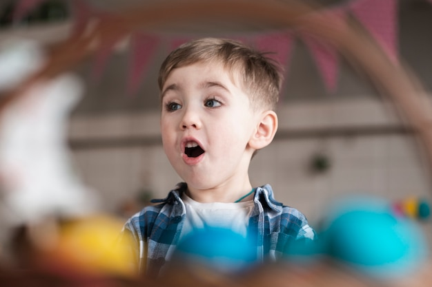 Porträt des entzückenden kleinen jungen überrascht