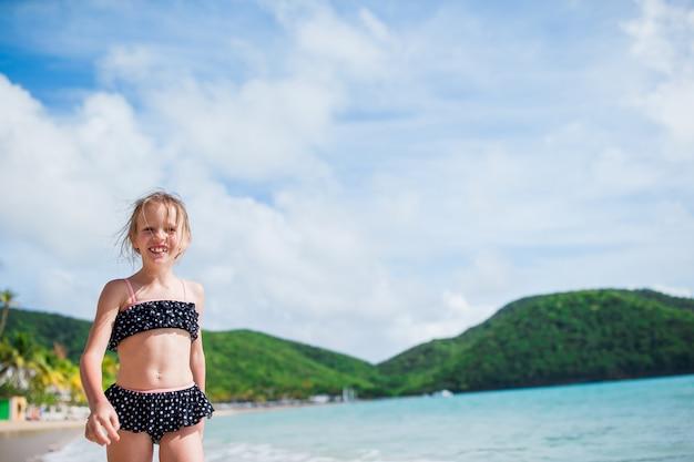 Porträt des entzückenden kleinen mädchens am strand auf ihren sommerferien