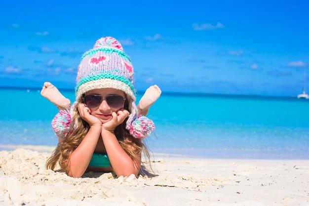 Porträt des entzückenden kleinen mädchens auf sommerferien am weißen strand