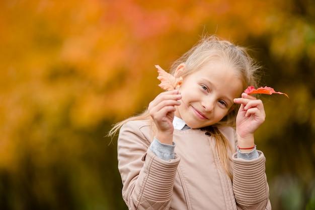 Porträt des entzückenden kleinen mädchens draußen am schönen herbsttag
