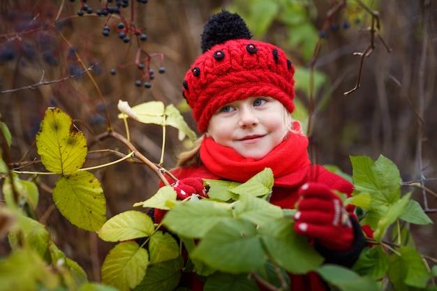 Porträt des entzückenden kleinen mädchens draußen