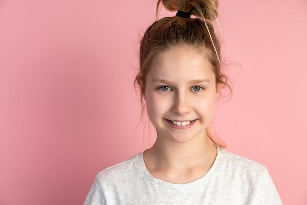 Porträt des entzückenden kleinen mädchens lokalisiert auf rosa wand