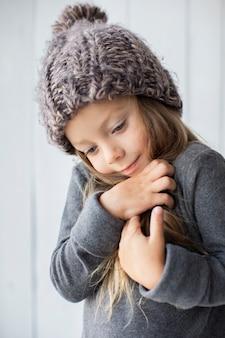 Porträt des entzückenden kleinen mädchens mit winterhut