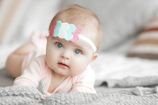 Porträt des entzückenden niedlichen kindes