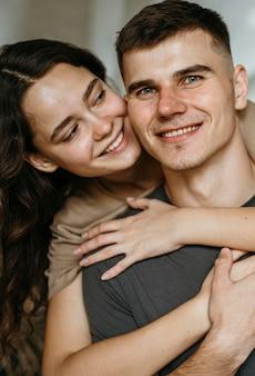Porträt des entzückenden paares in der liebe
