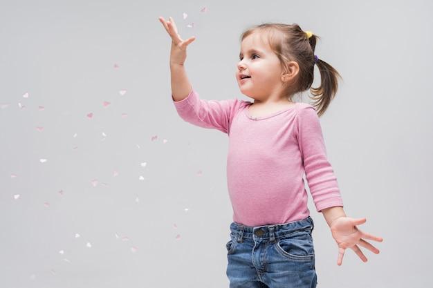 Porträt des entzückenden spielens des kleinen mädchens