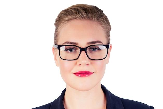 Porträt des erfolgreichen geschäfts kluge frau blonde frisur perfektes make-up rote lippen im stilvollen schwarzen anzug, der auf brille studioaufnahme weißes isolat aufsetzt. vision idee.
