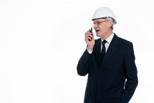 Porträt des erfolgreichen geschäftsmannes, des bauingenieurs und des architekten tragen einen weißen schutzhelm