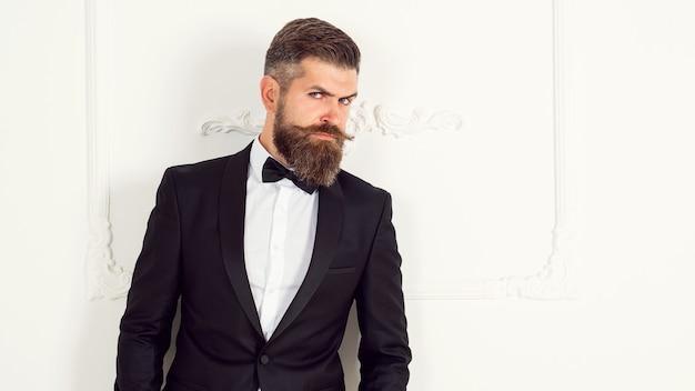Porträt des erfolgreichen sexy geschäftsmannmannes, langer bart. bärtiger mann im anzug, schönheit, mode. hübscher bärtiger geschäftsmann im klassischen anzug. millionär im eleganten anzug.