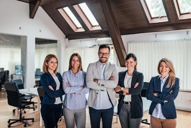 Porträt des erfolgreichen unternehmens gründen team.