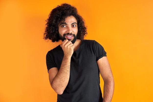 Porträt des erfreuten arabischen mannes lokalisiert im studio, hübscher kerl in der freizeitkleidung, die aufwirft