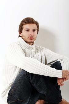 Porträt des ernsten mannes, der winterkleidung trägt